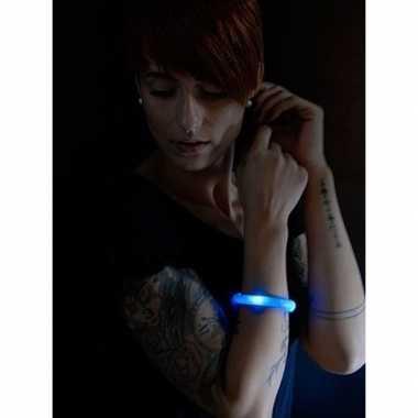 Camping 2x feest/party blauwe armbanden met led lampjes voor dames/he