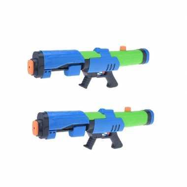 Camping 2x kinderspeelgoed waterpistooltjes/waterpistolen met pomp 63 cm blauw/groen kopen